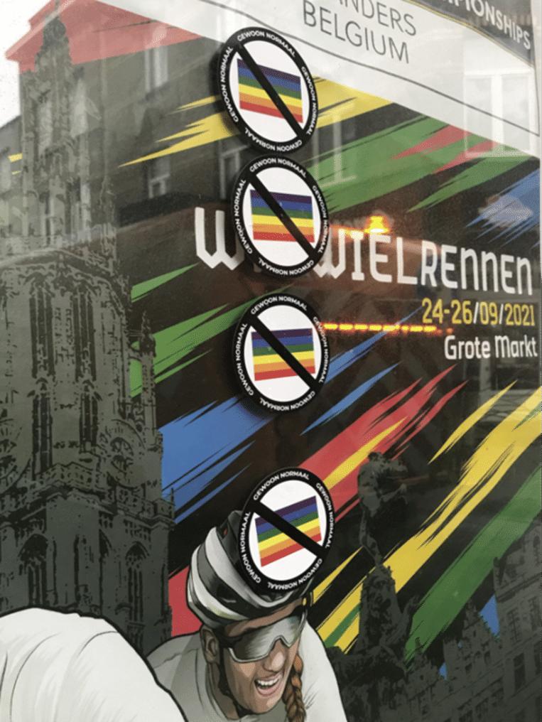 De nieuwe anti-LGBTQ-stickers in de Abdijstraat Beeld Lucas Wuyts