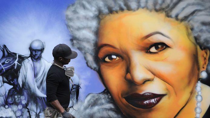 Afbeelding van de Amerikaanse slavernijschrijfster Toni Morrison in Parijs.