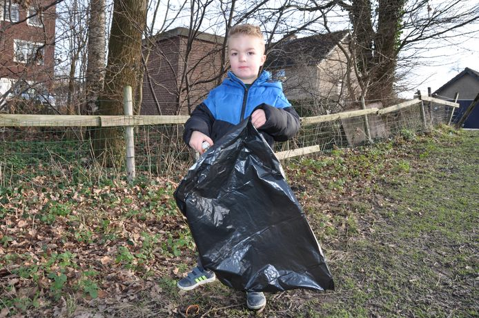 De 4-jarige Mees van Mourik gaat dagelijks gewapend met een vuilniszak het zwerfafval in zijn dorp Waspik te lijf.