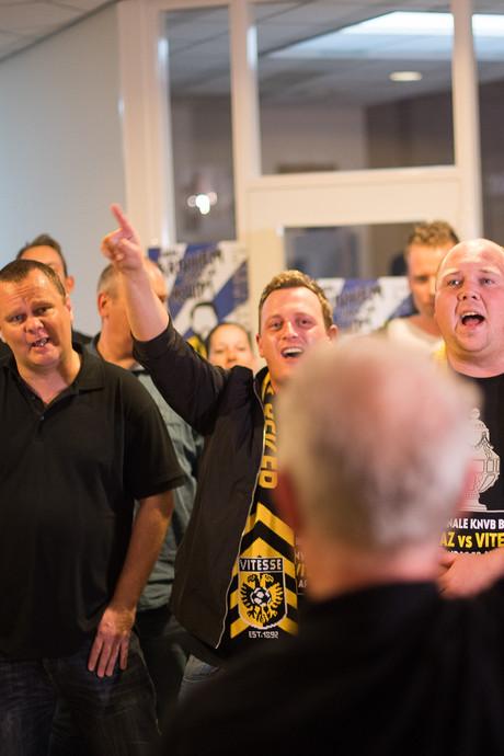 Supporters zingen nieuw clublied Vitesse in