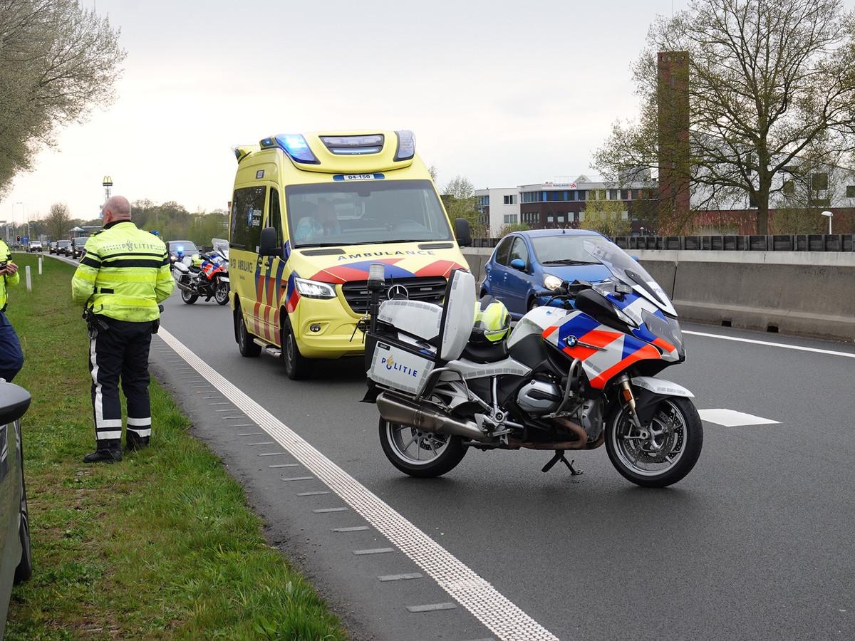 Op de N34 bij Hardenberg knalden een personenauto en een vrachtwagen op elkaar.