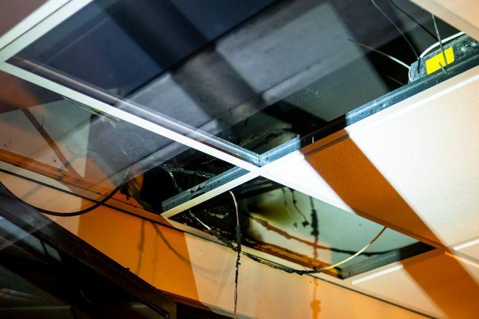 Boven het systeemplafond veroorzaakte een schakelaar van een zonnescherm kortsluiting.