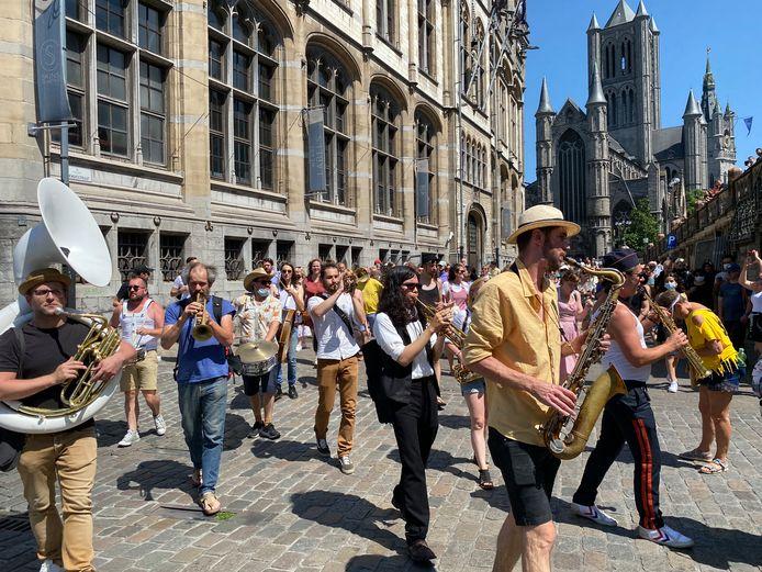 De olijke parade doorheen de stad