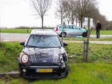 Auto slaat af maar ziet vermoedelijk tegenligger over het hoofd
