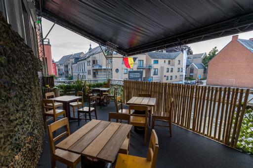 Boven op het terras van café Titanic is plaats voor een dertigtal klanten
