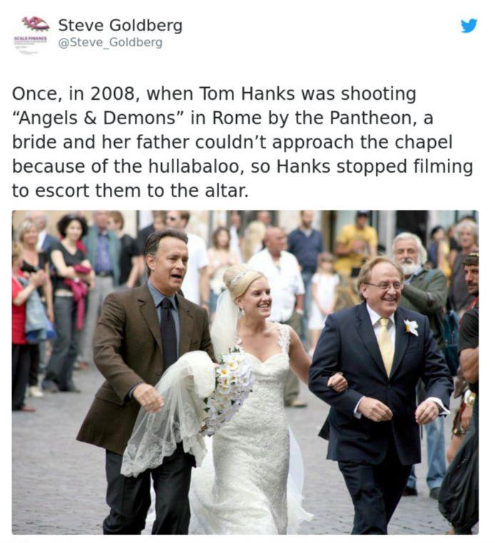 Tom Hanks begeleidt een bruid naar haar huwelijk.