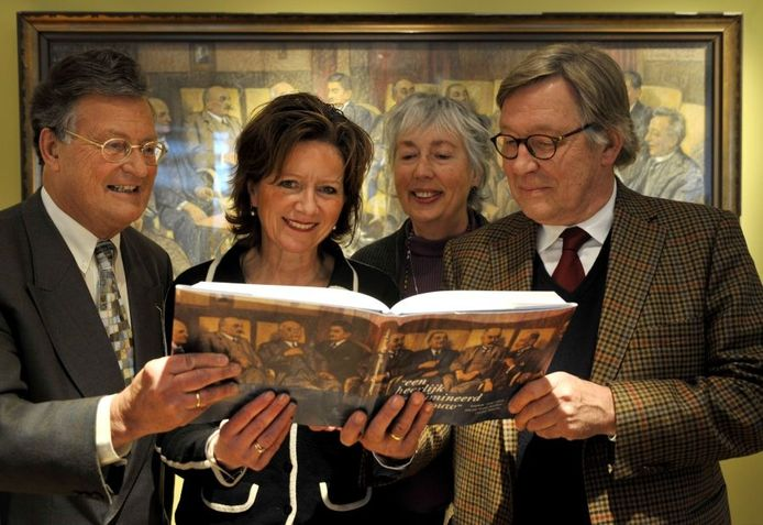 Meindert van der Molen, Patricia Penrhyn Lowe, Liesbeth Blijdenstein en Boudewijn Wabeke (vlnr.) met het jubileumboek. Foto: Frans Nikkels