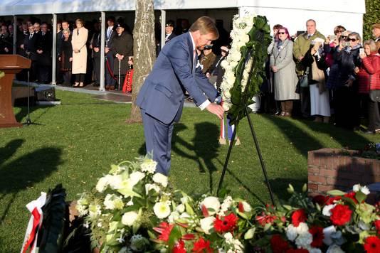 Koning Willem-Alexander legt een krans op het Pools Militair Ereveld. De koning en de Poolse president woonden dinsdag de viering van 75 jaar bevrijding van Breda bij.