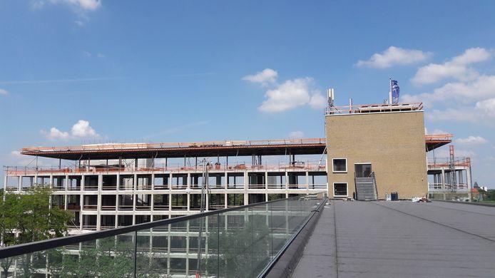 Gebouw TQ5 en -6 op Strijp-T in Eindhoven is nog volop in aanbouw. Op de voorgrond het dak van TQ4 waar een daktuin wordt ingericht voor gezamenlijk gebruik door bedrijven.