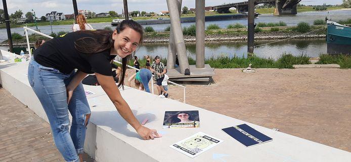 Sophie Mujkanovic van Amnesty Nijmegen aan het krijten op de Waalkade.