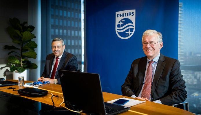 Philips-topman Frans van Houten (rechts) en financiële baas Abhijit Bhattacharya tijdens de coronaproof online presentatie van de jaarcijfers aan media.