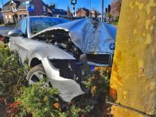 Auto wijkt uit en rijdt frontaal tegen boom in Valkenswaard, vrouw naar het ziekenhuis