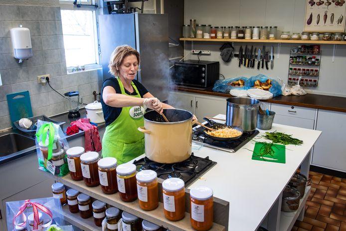 Marielle Lamberts van Veel Soeps kookt de soep.