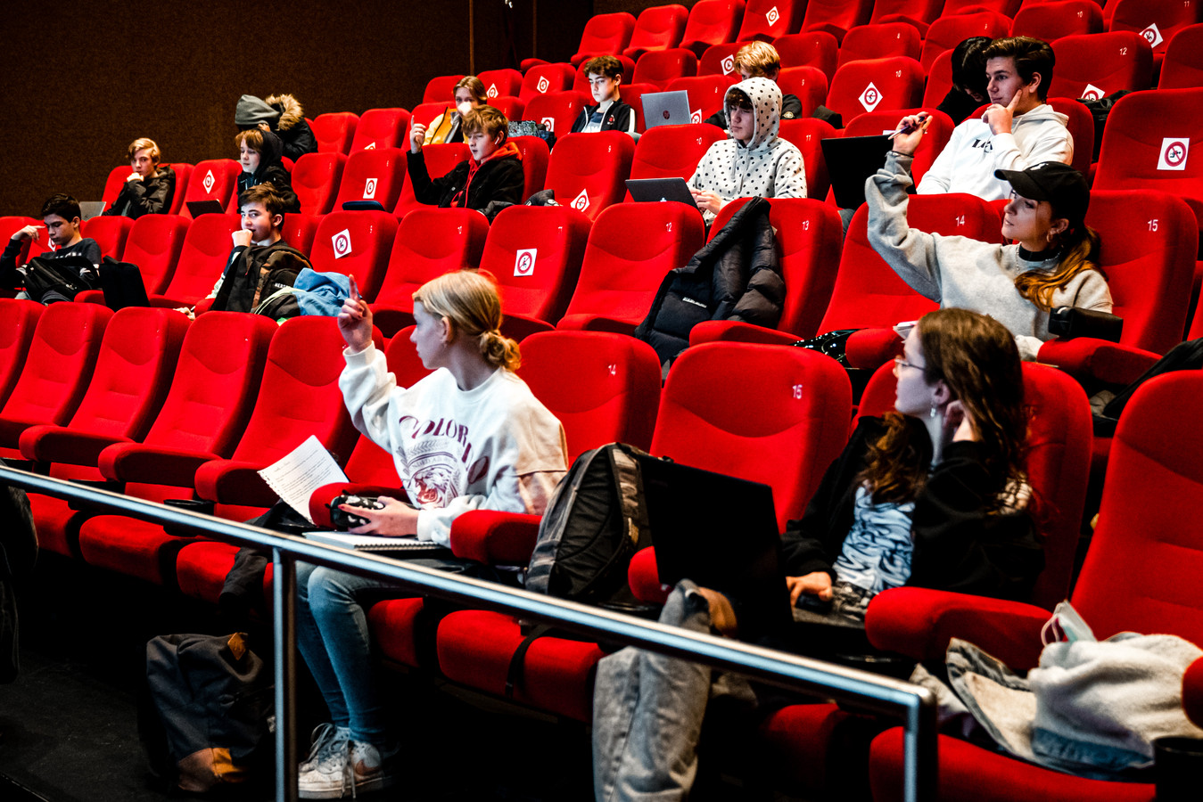 De Nieuwste School in Tilburg gebruikt dagelijks zeven bioscoopzalen om alle leerlingen fysiek les te kunnen geven.