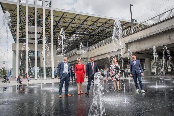 Jochen Bultinck van Infrabel, schepen Griet Coppé, burgemeester Kris Declercq, Suzy Costers van De Lijn en Koen Van Lancker van de NMBS openen trots het nieuwe stationsgebouw.