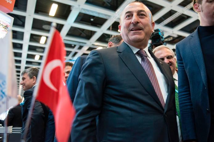 De Turkse minister van Buitenlandse Zaken Mevlut Cavusoglu zet zijn omstreden bezoek naar Nederland toch door.