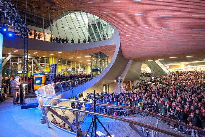 De officiële opening van station Arnhem Centraal in november 2015. Herman Kaiser, destijds burgemeester van Arnhem, spreekt een tjokvolle stationshal toe.