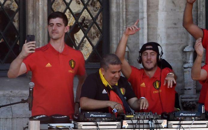 """""""Waar is da feestje? Hier is da feestje!""""... Contrairement à beaucoup de supporters, l'épisode du balcon de la Grand-Place n'est pas un bon souvenir pour Diego De Mol"""