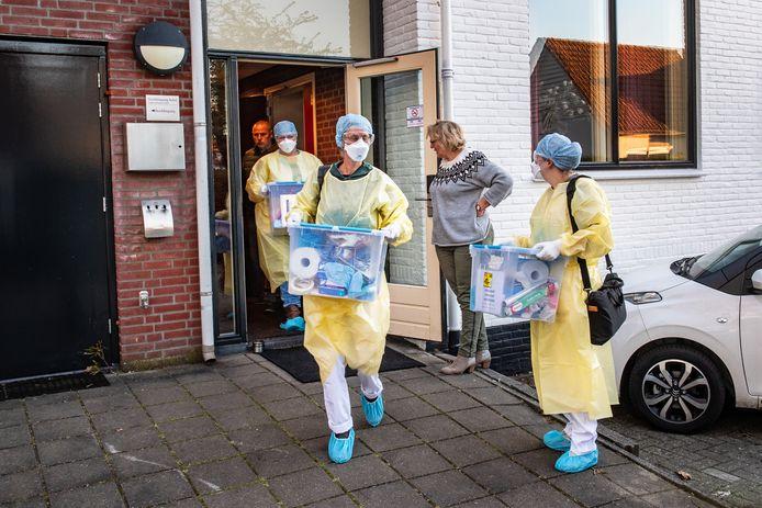 Wijkverpleegkundigen in Wijchen die vanuit Hotel Umberto alleen nog maar coronapatiënten verzorgen.