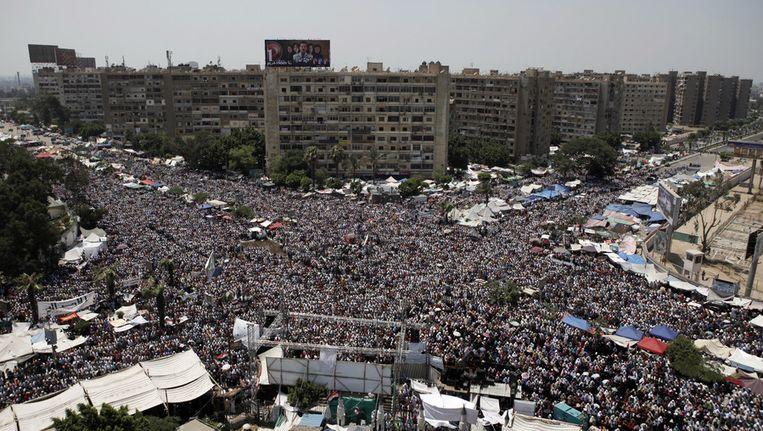 Aanhangers van de afgezette president Morsi tijdens het middaggebed bij de al-Adweyamoskee in Nasr City, Caïro. Beeld getty