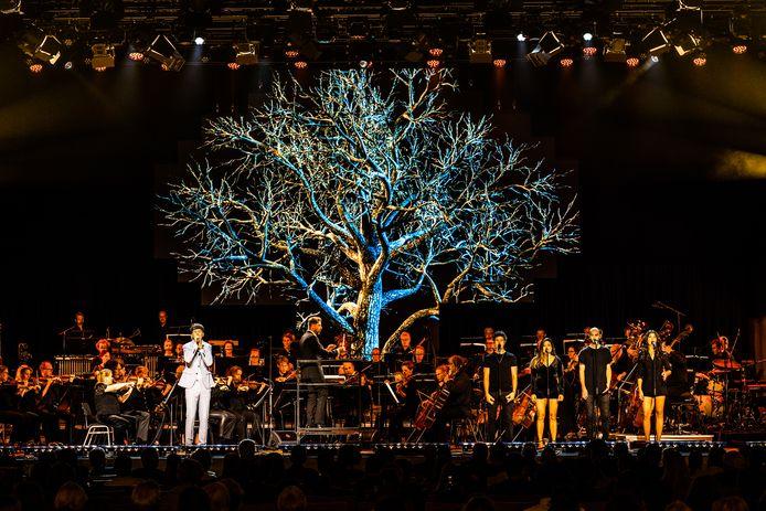 Pjotr zingt het nummer Omgekeerde Wereld, begeleid door orkest Phion, op het podium van Musis in Arnhem.