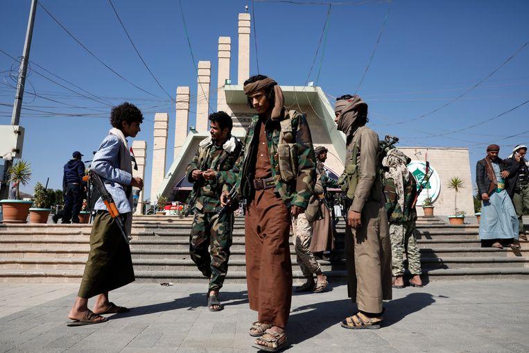 Leden van de Houthi-beweging bezoeken de graven van omgekomen strijders in Sanaâ Beeld EPA
