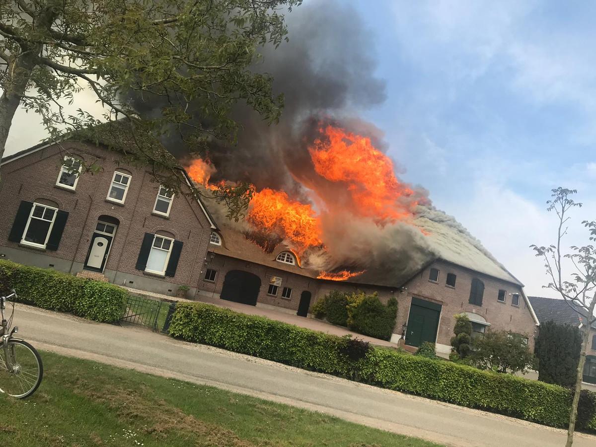 Het pand loopt veel schade op door het vuur door de brand in de slagerij.