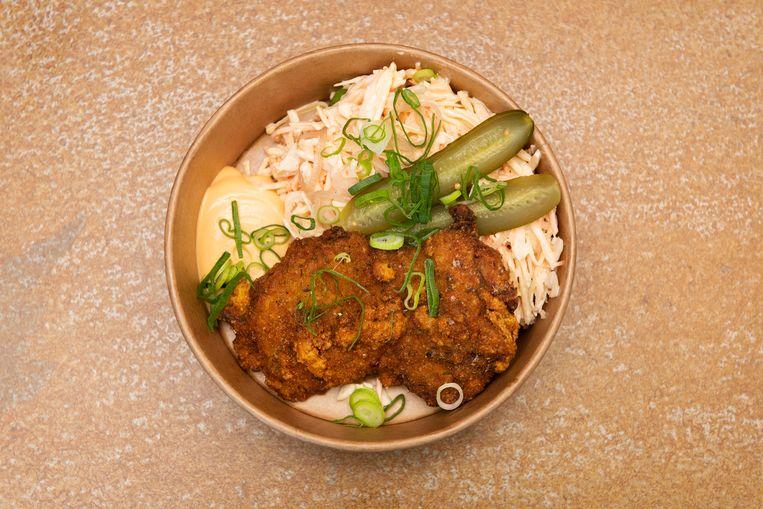 Crispy scharrelhoender: spitskool, rode ui, augurk en mayonaise. Beeld Els Zweerink