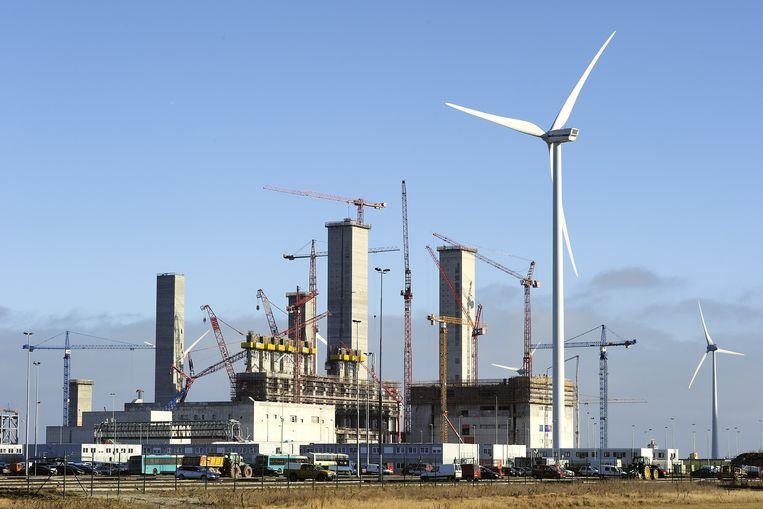 Kolengestookte centrale in de Groningse Eemshaven, met windmolens ernaast. Beeld anp