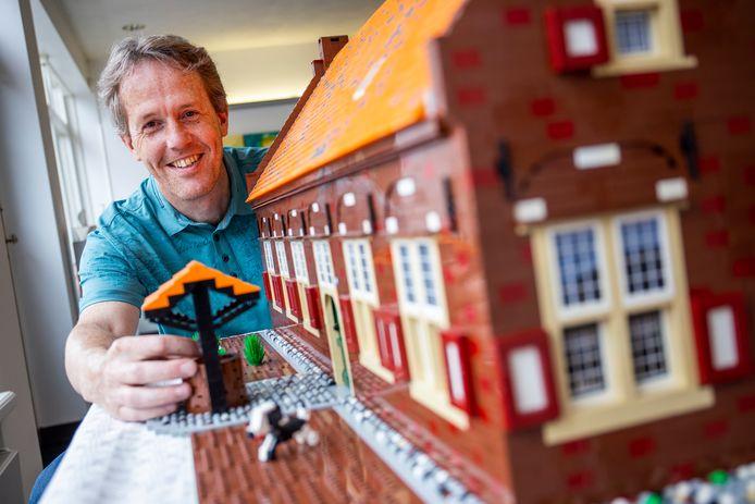 Erik van Well bij zijn legobouwwerk van havezate Boekelo in Bennekom.