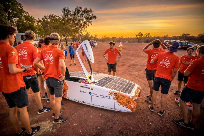 Het team van de NunaX wacht gespannen tot de zon tevoorschijn komt, zodat er begonnen kan worden met de solarrace.