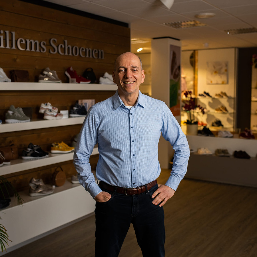 Herman Willems in zijn schoenenzaak.