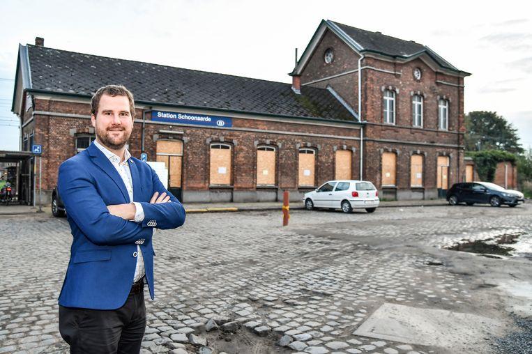 N-VA-kamerlid Tomas Roggeman op archiefbeeld bij het stationsgebouw van Schoonaarde. (23/10/2019) Beeld Geert De Rycke