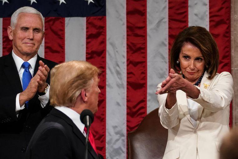 Donald Trump tijdens zijn State of the Union, met links vicepresident Mike Pence en rechts parlementsvoorzitter Nancy Pelosi. Beeld AFP