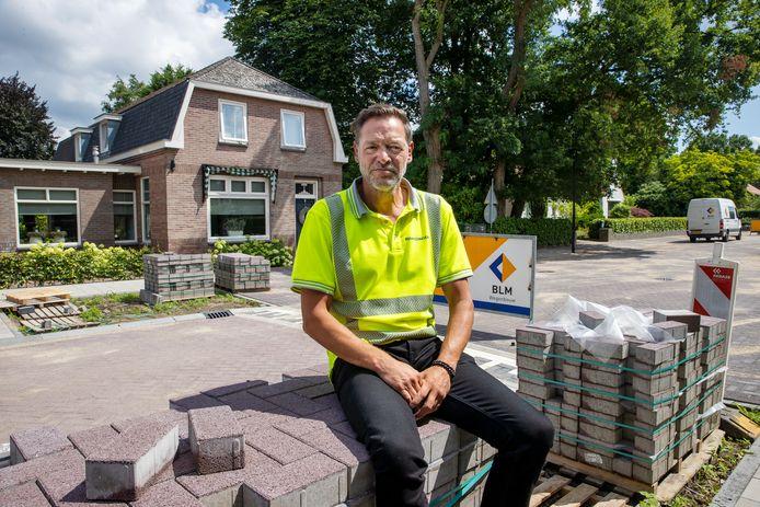 Buurtconciërge Jeroen van den Berk zorgt dat de omwonenden goed geïnformeerd worden over de werkzaamheden aan de doorlopende weg door Waalre-dorp en zo weinig mogelijk overlast ervaren.
