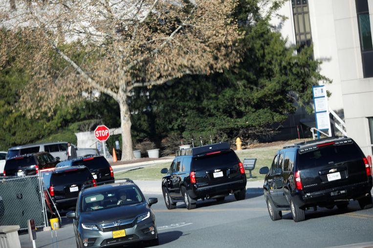 President Trump komt zaterdag aan bij het militaire ziekenhuis Walter Reed in Maryland. Beeld REUTERS