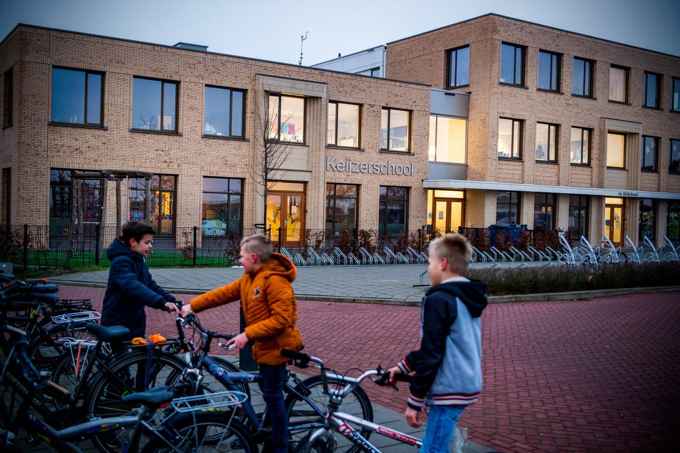De Keijzerschool en de Rehobothschool, gevestigd in één tamelijk nieuw gebouw, groeien zo hard dat er een nieuw gebouw moet komen om de leerlingenpiek gedurende vijftien jaar op te vangen.