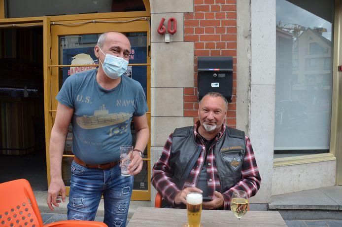 Uitbater Mehmet Cirpi van café Nostalgie in de Geraardsbergsestraat als terrasstraat in Ninove.