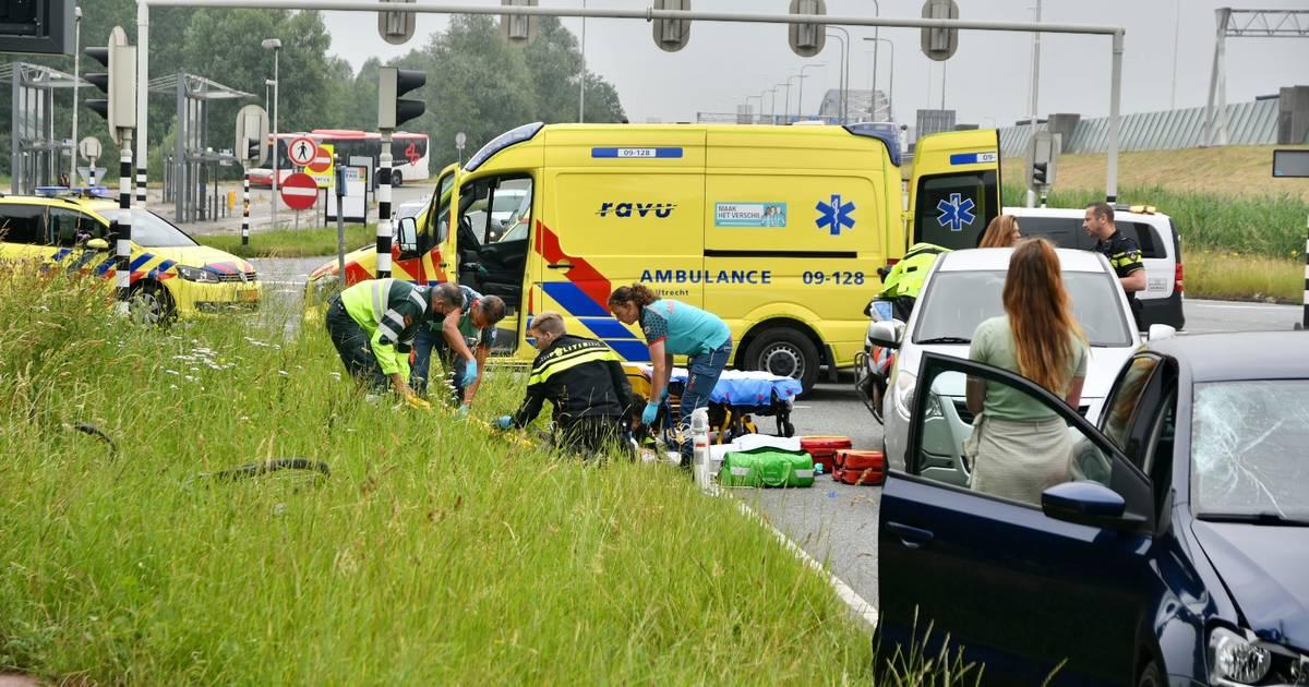 Fietsende scholier raakt zwaargewond bij aanrijding met auto.