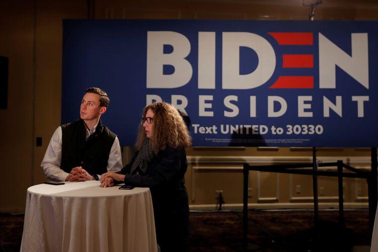 Aanhangers van Joe Biden in New Hampshire zagen hun kandidaat tijdens de verkiezingsnacht alleen op TV. De voormalig vicepresident reisde vanwege de tegenvallende resultaten meteen door naar de staat South Carolina. (11/02/2020)