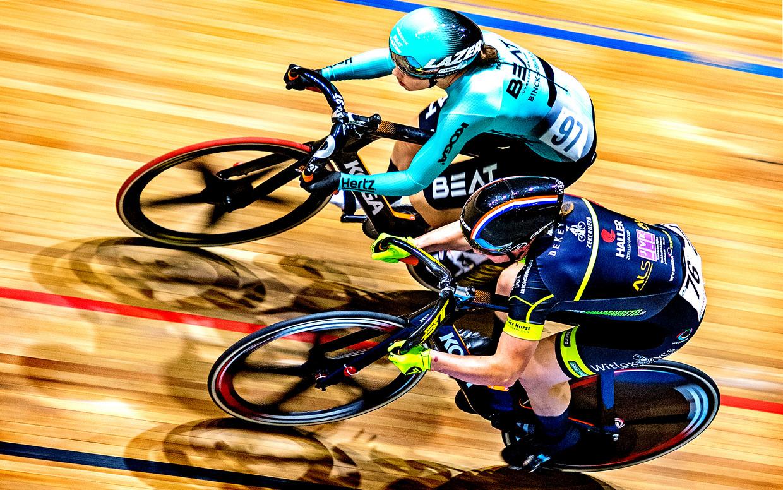Beslissend moment in de finale van de individuele sprint: Laurine van Riessen komt over Shanne Braspennincx heen en stevent af op haar vijfde titel. Beeld Klaas Jan van der Weij
