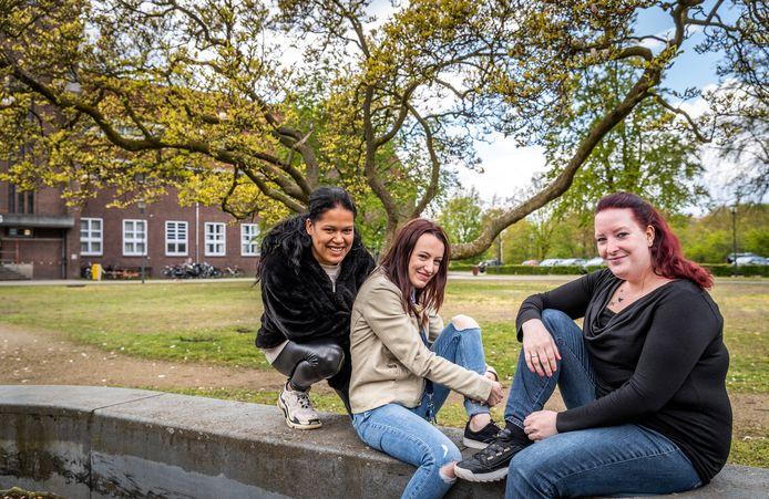 De jonge moeders Carolina Leal (l), Silvana Groenendijk (m) en Audrey van Delden (r) die tijdelijk wonen in opvanghuis De Koning in Helmond