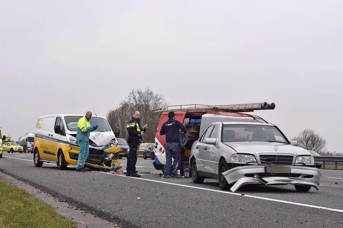 Enkele van de beschadigde auto's bij de aanrijding op de A28.
