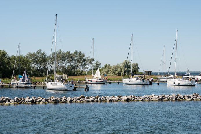 De eilandjes in de Grevelingen zijn populair bij watersporters