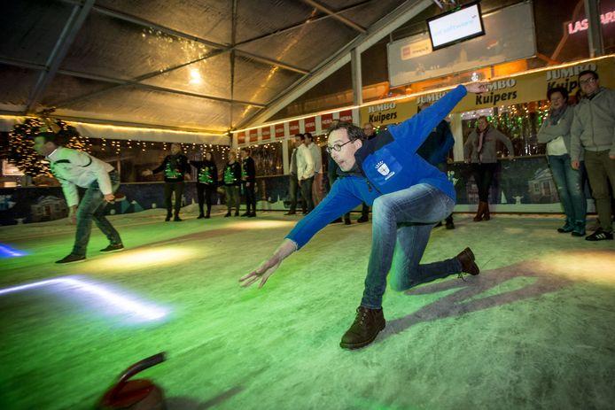Voor de curlingcompetitie voor bedrijventeams in Oldenzaal hebben zich dit jaar honderd teams aangemeld.