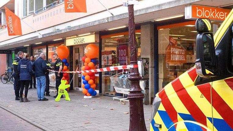 Mensen in de winkel werden met een wapen bedreigd. Beeld Reinder van Zaanen