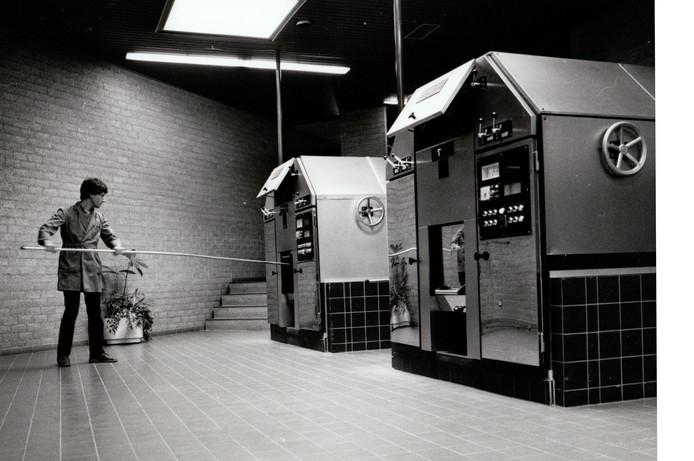 Medewerker van het Heezer crematorium maakt vlak na de opening in 1985 een oven schoon.