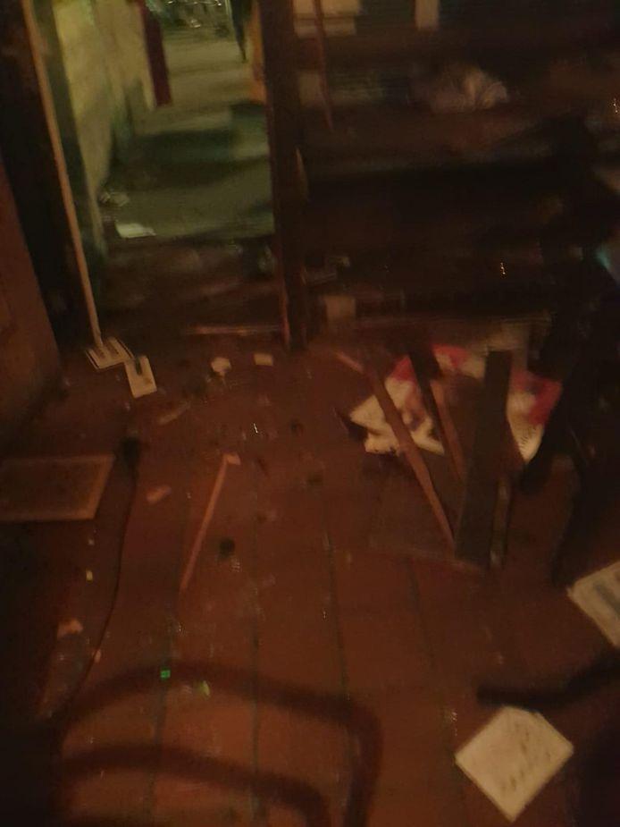 Beeld van de schade in café The Hide Away, gemaakt kort na de explosie.