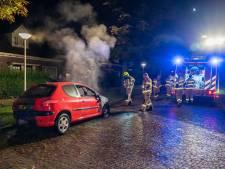 Auto brandt uit in Arnhem; politie gaat uit van brandstichting