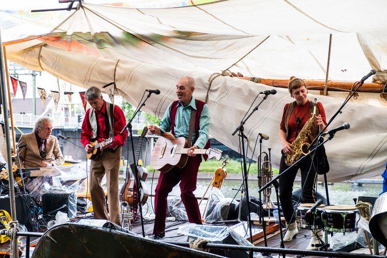De Kift tijdens het optreden bij de Oerkap in Haarlem. Vanaf links: Frank van den Bos, Pim Heijne, Ferry Heijne en Roos Janssens. Beeld Tess Janssen